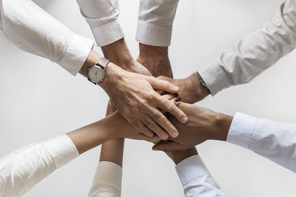 Erfolg durch Teamfähigkeit: Ein positiv erlebter Teamgeist steigert die Leistung der Teams im Unternehmen